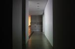 I/1, 2. fotók: Belső folyosó kétféle időpillanatban – a fény változásának hatása